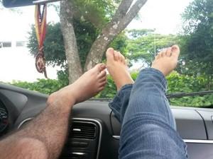 Foto dos pés do casal João e Fernanda