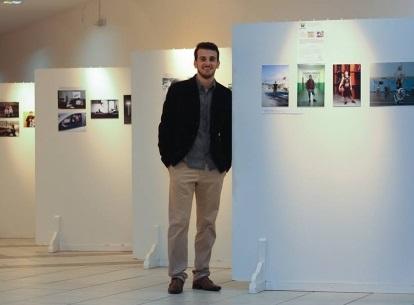 Foto de Daniel em sua exposição