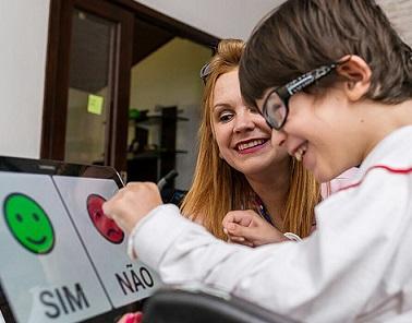 Foto de uma criança utilizando o aplicativo Livox