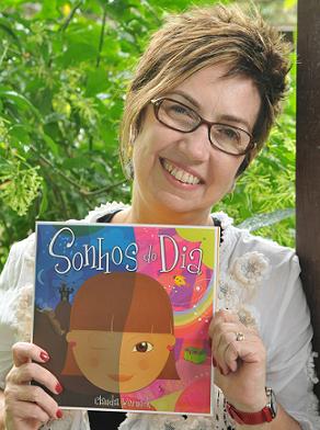 Claudia Werneck com seu livro