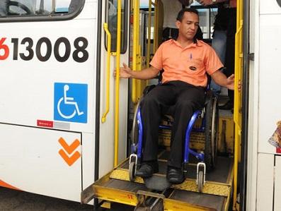 Foto de um cadeirante descendo do ônibus