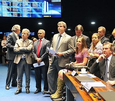 Foto de parlamentares durante aprovação do projeto de lei