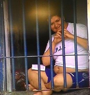 Foto de Ana Maria sorrindo em sua jaula pequena