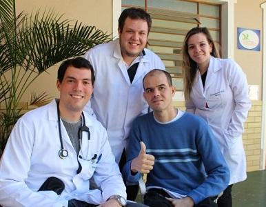 Foto de Ralf e a equipe médica sorrindo