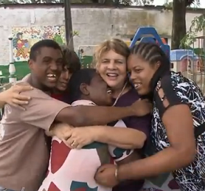 Foto de moradores do lar se abraçando sorrindo