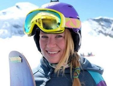 Foto de Charlie sorrindo com roupa de snowboard