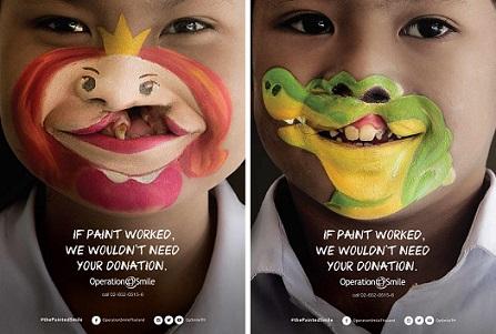 Foto de duas crianças com os lábios pintados sorrindo