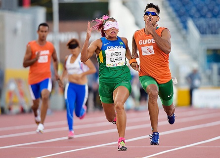 Foto de Terezinha Guilhermina na prova dos 100 metros