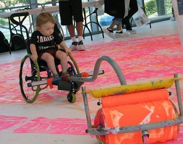 Foto de uma criança cadeirante com o dispositivo