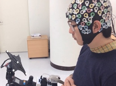 Foto de um homem testando o exoesqueleto