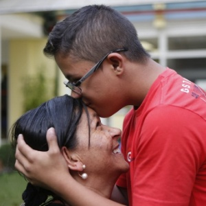 Foto de Geanderson beijando a testa da mãe Silvana