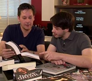 Foto de Guto e Henrique lendo livros juntos