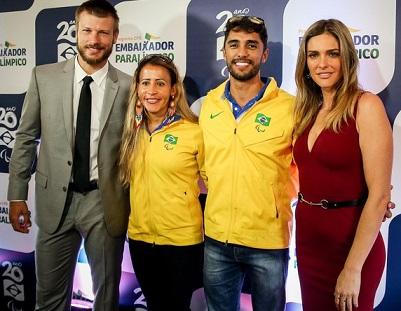 Foto de Rodrigo Hilbert, Fernanda Lima e outras duas pessoas