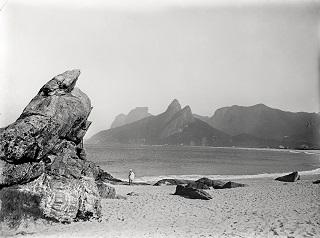 Uma das fotografias da exposição traz a Praia do Arpoador