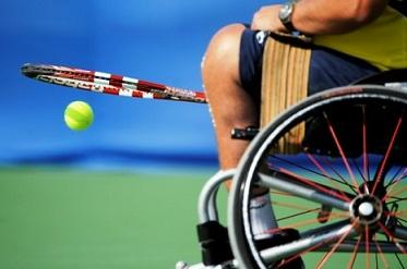 Foto de um tenista em cadeira de rodas, com close na roda