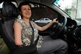 Vittoria Carbonara está dentro do seu carro, segurando o volante.