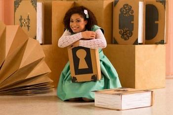Brena Artigas está caracterizada como Alice e interage com o cenário