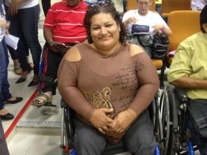 Maridalva está em sua cadeira de rodas aguardando ser chamada
