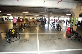 Cadeiras de rodas ocupam vagas comuns em estacionamento