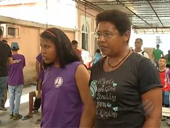 Sandra está ao lado de sua filha Taíse