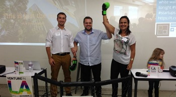 Gabi Vandermark tem o braço erguido em comemoração ao prêmio