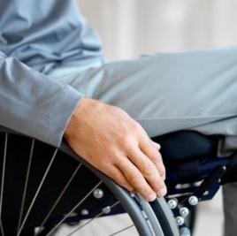 Foto em close das mãos de um cadeirante
