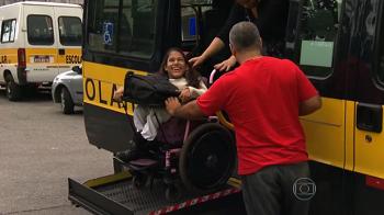 Suelen desce da perua escolar adaptada em sua cadeira de rodas