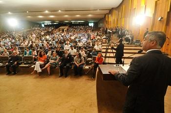 Senador Romário discursa no auditório, sob os olhares da plateia