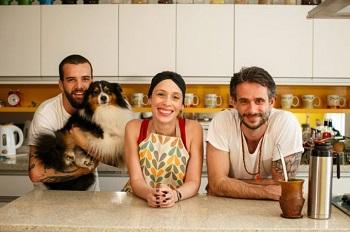 O diretor Lucas Costa com o cachorro Bart, Débora e Felipe Dable
