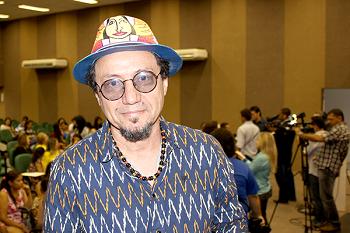 Cordelista Beto Brito, com chapéu colorido e óculos escuros