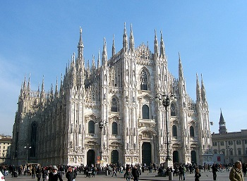 Catedral de Milão em destaque, com pessoas caminhando ao seu redor