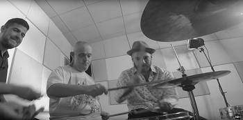 Homem com deficiência toca bateria com Daniel Weksler, do NX Zero