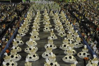 Ala das baianas em um desfile de escola de samba.