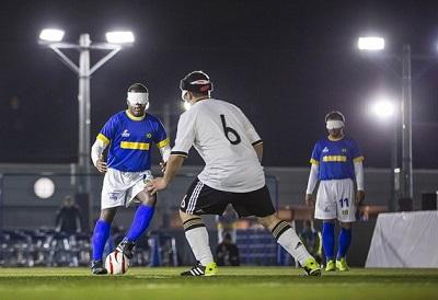 Atletas disputam partida de futebol de 5