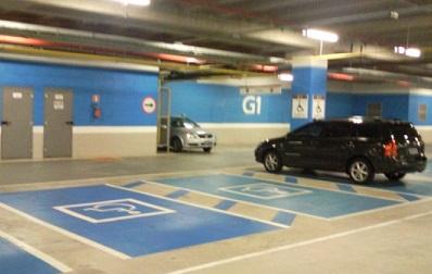 Vagas para pessoas com deficiência em estacionamento de shopping.