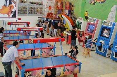 Crianças e adultos brincam em área de lazer de shopping