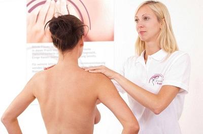 Paciente de costas para exame enquanto enfermeira cega a examina