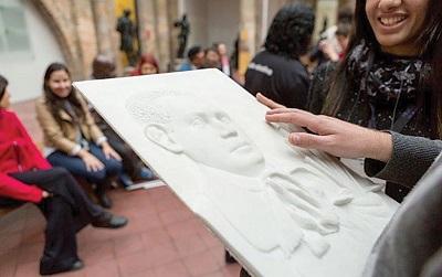 Foto em 3D com relevo indicando formas de um retrato pelo tato