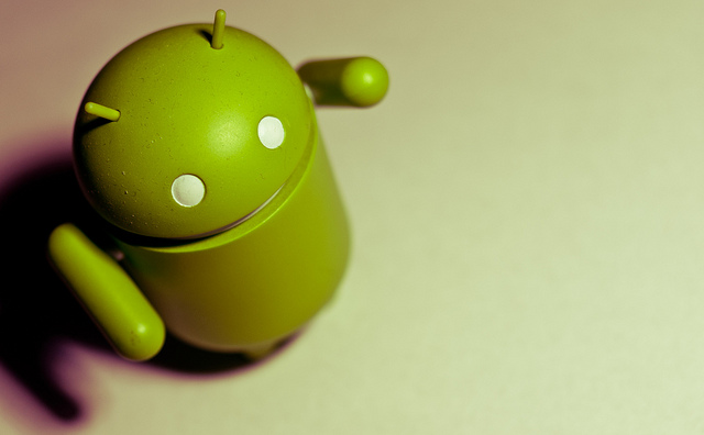 Robô verde símbolo da marca Android erguendo o braço