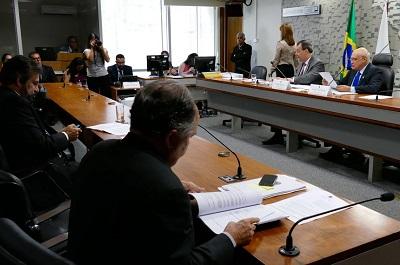Políticos reunidos em uma sala do Senado
