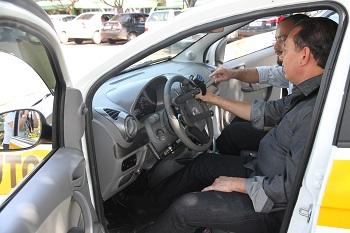 Homem com deficiência sentado no banco do motorista em carro adaptado