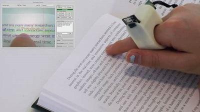 Pessoa com dispositivo de anel segue sequência de leitura com dedo