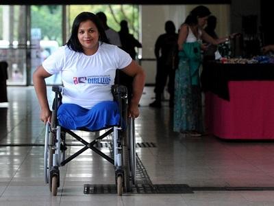 Mulher de 35 anos, sem as pernas, em uma cadeira de rodas