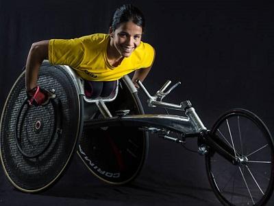 Aline dos Santos Rocha posa na cadeira de rodas no CT de treinamento