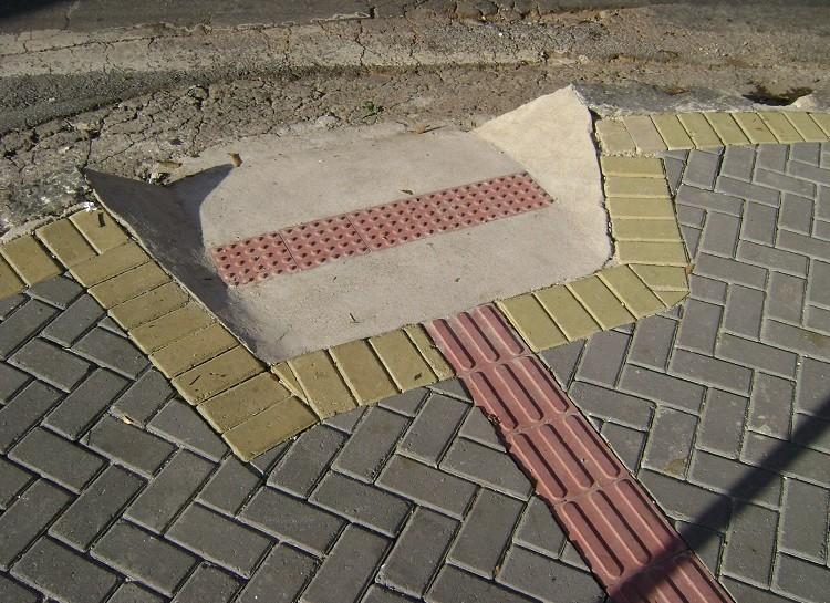 Calçada com piso tátil e rampa acessível em Belo Horizonte