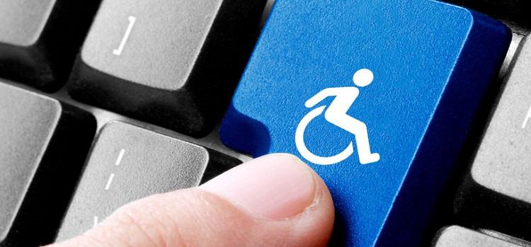 Teclado de computador com botão azul com ícone de cadeirante que indica acessibilidade