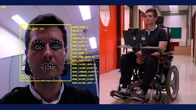 Imagem dividida em duas partes. Do lado direito, um homem na cadeira de rodas, com uma tela à sua frente. Do lado esquerdo, o rosto desse mesmo homem com vários pontos brancos de escaneamento facial.