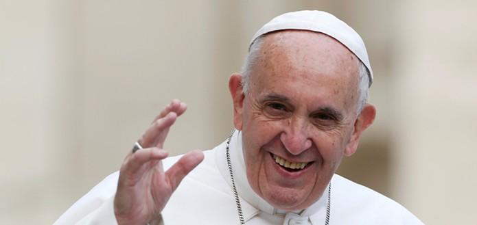 Em close, Papa Francisco sorri e acena.