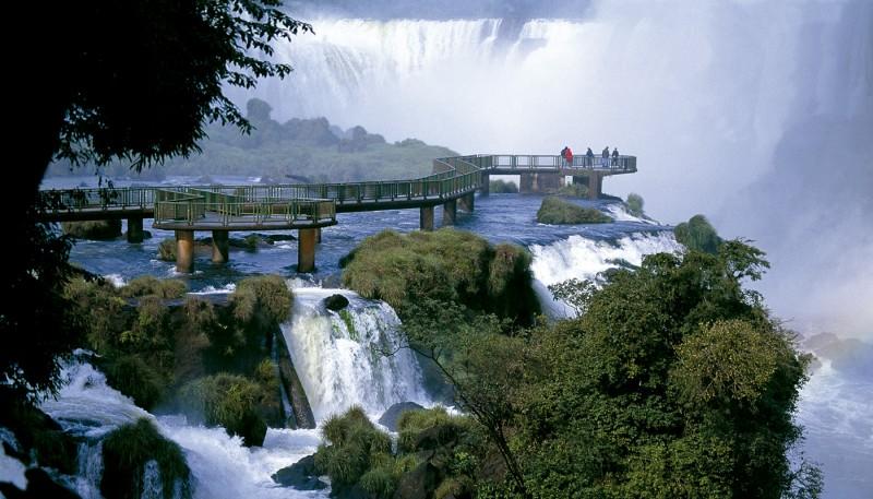 Foto do Parque Nacional de Foz do Iguaçu, com visão das quedas d'água