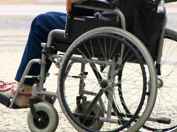 Foto de uma pessoa cadeirante, sem relevar seu rosto